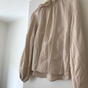 Bluse fra H&M. Brugt meget få gange, hvorfor den fremstår som næsten ny. Blusen er str S men passes også af en str M. Sælges da jeg ikke får den brugt. Kom gerne med et bud 😊