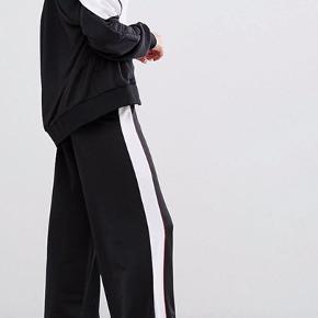 Sælger dette super lækre tracksuit sæt! Overdelen er en str. Xs og bukserne en str. S. Bukserne har vidde. Jeg er selv 168 høj. Ny pris samlet: 500kr.