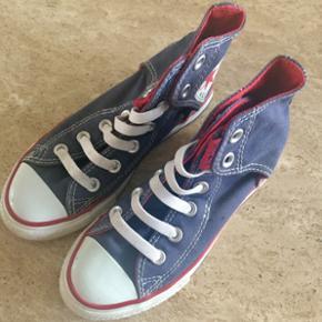 Rigtig pæne & velholdte converse sko i marineblå. Brugt 1 enkelt gang og nu er de desværre for små. Super fine og rigtig FLOTTE i str 31.
