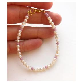 Perlearmbånd med rosa mellemperler 🐚 ferskvandsperler  Lås: forgyldt messing Mål: 17-18 cm 💌💵Prisen er inkl Porto med postnord