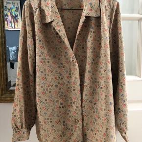 Brand: Vintage- ukendt Varetype: Skjorte Oprindelig købspris: 800 kr.  Vintage skjorte, som jeg har købte i Paris i Marais området. Jeg har den to gange og købt  secondhand. Svarer til en 36, jeg er dog en lille 38 foroven.   Respekter venligst at jeg ikke bytter og køber betaler porto samt gebyr ved tspay :)