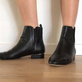 Sorte støvler fra Zara med gulddetalje ved hælen, brugt få gange