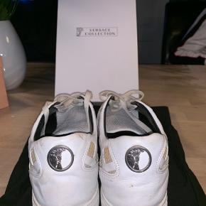 Hejsa sælger disse lidt speciale versace sko, det er en str 43 og men fitter lidt større. Sælger dem til 550 inkl. Fragt.  Skriv ved spørgsmål