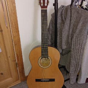 BYD! Kimberly guitar med et guitar stand og en pick. Jeg er large med prisen så kom bare med et bud. Den kan afhentes i Randers. Der er et lille mærke i bunden af guitaren (som kan ses på billedet), men det har intet at sige ift lyd osv.