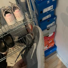 BYD  Nike sko fejler intet de er dsv for store har kun løbet en smule i dem