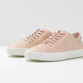 Varetype: Flotte næsten nye Ecco sneakers Farve: Rosa Oprindelig købspris: 1100 kr.  Kun brugt 3-4 gange, da de desværre er købt for små. Kan sendes eller afhentes i Århus C.
