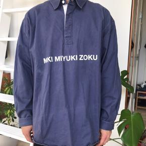 MKI skjorte. Er næsten aldrig blevet brugt. Er lidt stor i størrelsen i forhold til den er XL