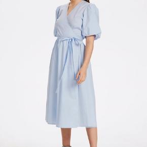 Kjolen er brugt en enkelt gang og købt for mindre end tre uger siden.    Pasform og Materiale:  Pasform: Regular fit Længde: Knælængde Sammensætning : 100% Bomuld