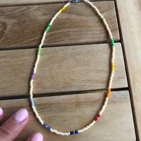 Choker med beige og multi farvede perler Ⓜ️Mål: 34,2 cm 💮 Prisen er fast og inkl Porto