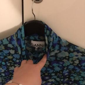 Lavet i mesh stof, forsiden har sort mesh foring, bagsiden er lettere see-through