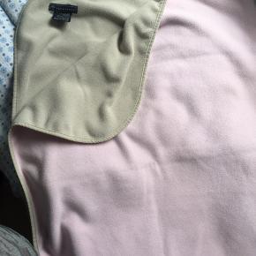 Blødt fleece tæppe fra Ver de Terre i lyserødt og beige. Brugt men pænt. Ingen huller eller pletter men fnuller på den lyserøde side. 120x87 cm. Røgfrit hjem.