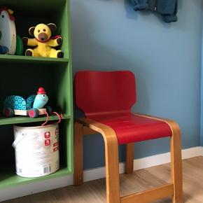 Super fin Retro børnestol fra Krea. Perfekt til børneværelset.   Har lidt slitage i malingen grundet alder.  Sædehøjde: 35cm