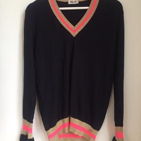 Fineste Cairine blouse fra BuF med glitter/pink i v-hals og ærmer. Brugt få gange, men mærket er klippet ud, og der er en nærmest usynlig lille skygge på ribben (se sidste foto). Derfor den fine pris.  Materialet er 70 bomuld og 30 polyamid.   Ny pris 1199kr