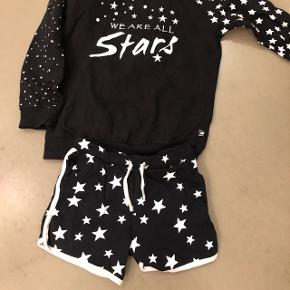 Sweater med shorts. Bruges med leggings indenunder. Hedder 146/152 med passer str, 140. Byd, 6710