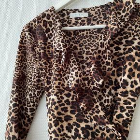Leopard printet Wrapdress fra Vila✨  NB: Prisen er fast & eksl. fragten.  Tager derfor ikke i mod bud.