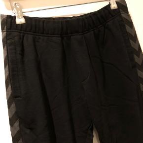 Sweat bukser med grå/sort vinklebånd. Bomuld.