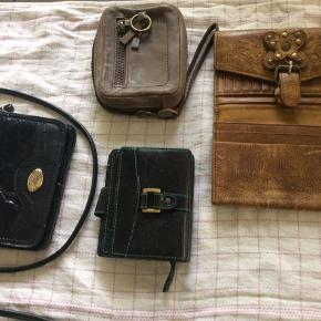Skindpunge og meget lille taske med rem  Alt i skind Sælges samlet 150 pp