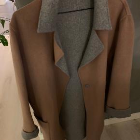 SÅ lækker og meget blød cashmere uld-jakke - der er vendbar ☺️