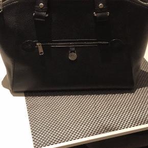 Adax sort taske. Lang rem medfølger. Brugt 1 gang. Ingen brugsspor 35 cm lang 27 cm bred Kan sendes.