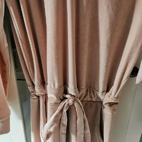 Velour kjole fra buch Købt af Tina, så der er intet mærke i. S/M.