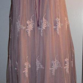 Gudesmuk kjole Størrelse: 3= M/L Farve: Taube Oprindelig købspris: 1240 kr. Den smukkeste kjole fra Odd Molly i to lag. Øverste stykke er strækblonde der bindes i nakken, det yderste lag af selve kjolen er broderet organzalignende stof med stræk i og pailletter hele vejen rundt forneden. Lynlås i siden. Brugt en enkelt aften. Jeg mener farven hedder Taube, den er en mellemting mellem lys støvet lille og lidt brunlig. Længde målt fra under armhulen og ned 73 cm. Porto tillægges eller hent den på Amager