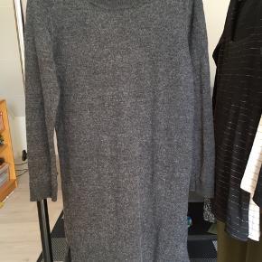 Strikkjole fra Selected Femme i str. XS.  Den er skrumpet i vask og er nok en størrelse XXS nu.  70 pct. uld og 30 pct. akryl   Cirka mål:  - Længde (fra hals til hæm): 81 cm  - Talje: 40 cm  - Armlængde: 54 cm  - skulder til skulder: 35 cm
