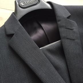 Model s.jile Grå/sort stribet habit Brugt 2 gange til reception Ikke ryger hjem/ingen husdyr