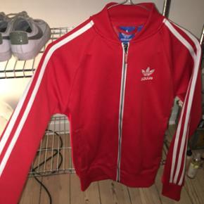 Rød Adidas track trøje i str. xxs! Kun brugt til 2 gange til DM. BYD! Nyprisen var omkring 500kr