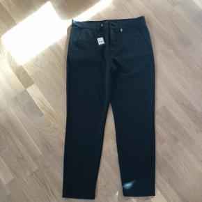 Helt nye mørkegrønne bukser fra Mads Nørgaard - desværre passer str. Ikke min kæreste. Nypris 750kr  Str. 34 Bytter ikke