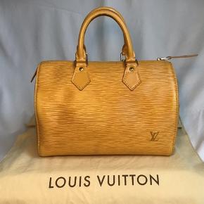 Denne Louis Vuitton Speedy Handbag Epi Leather 30, lavet af gult epi læder, har dobbeltvalsede læderhåndtag, sidelomme udvendigt og guldfarvet hardware.  Dens lynlås lukker op til et gult rå læderinteriør med sliplommer. 30x18x22  cm. Prisen er fast.   #trendsalesfund