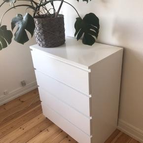 God stand! Kommode fra IKEA.  Den har list revner bagpå, derfor kan man se at der sidder noget tape :-)   Er åben for bud   Skal hentes fra 3 sal på Trøjborg