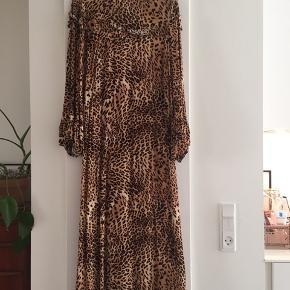Smuk klassisk kjole i Leo-print. Brugt en enkelt gang. Se også andre annoncer. Giver mængderabat.