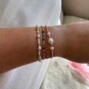 Smukkeste armbånd i pink og stribede perler, med 3 ferskvandsperler.  Lavet i elastisk og måler 18 cm...  ————————  🌸 HUSK 🌸 at du kan lægge flere af mine varer i din kurv og kun betale porto én gang ✨  ————————