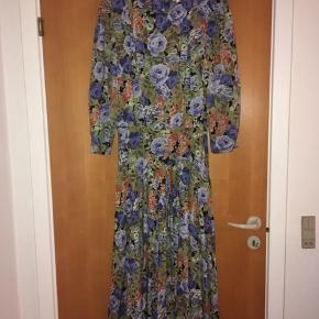 Smuk blomstret vintage - retro kjole. Passer en str 40 eller en 38, hvis den skal være lettere oversize. Mål: længde 135 cm, bryst: 2 * 47 talje: 2*42 ( der er elastik i taljen). Standen er perfekt.
