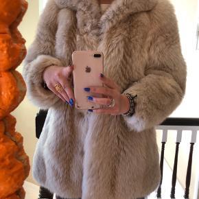 Vintage pels fra ukendt mærke  Skriv for flere billeder  Sælges for 1000,- ellers kom med et bud  Er villig til at gå længere ned i pris :)))