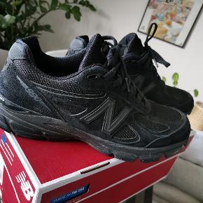 New balance 990 v.4 Black/Black. Skoene er kun brugt og prøver på en rnkelt gang, og er derfor som nye. Skoene er en halv størrelse for små til mig, hvilket er grunden til at jeg sælger dem.   -Ny pris: 1500 kr. -Minimum pris: 700 -Condition: 9/10 -Model: 990 v. 4 ( umulige at få fat i)  - Original box medfølger