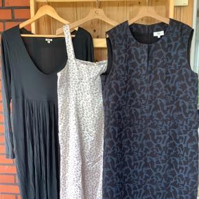 3 kjoler fra Noa Noa kun brugt en enkelt gan hver da jeg tabte mig: 1 silke kjole i beige/lilla let og elegant med lynlås i nakken str L kr. 100 1 mønstret kjole i super flot sort og petrolium overskåret ved taljen og slids ved halsen, lynlås i nakken str 44 kr. 115 1 tulipan kjole med lange ærmer i super blød kvalitet str XL. Kr.165 Sælges samlet for 300