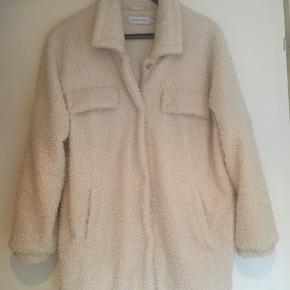 Lækker vamset oversize jakke fra Lounge Nine. Jakken har 2 lommer. Længde ca 75 - brystmål ca 60 cm (målt lige under ærmegab). Nypris 900kr - fejlkøb fra december 2019 - aldrig brugt. 100% i orden. Køber betaler Porto.