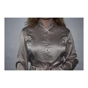Cremefarvet satin skjorte med bælte fra Olsen.  Nypris: 999kr