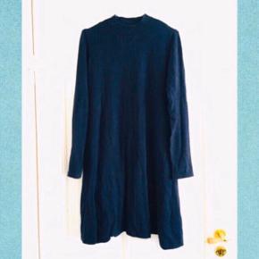 Dejlig varm mørkeblå Vero Moda kjole i str S   50% viscose 28% polyamid 22% nylon  21-T