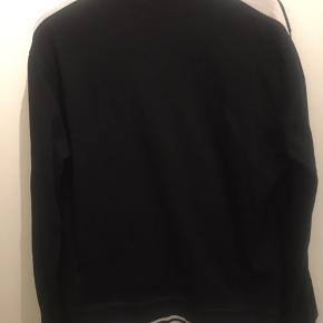 Sort og hvid trøje str medium fra Ralph Lauren  Den er brugt lidt men i rigtig pæn stand  Np omkring 800kr. Sælges billigt for 100kr uden fragt. Sender gerne eller kan også afhentes i Esbjerg Ø