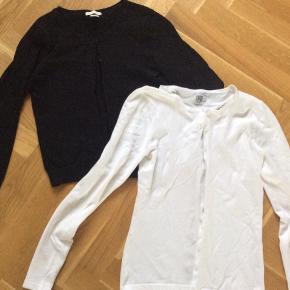 Sælges samlet. Den hvide er fra Saint Tropez. Brugt én gang til konfirmation. Skulder og ned 59 cm. Brystvidde 41*2 cm. Den sorte er fra H&M brugt to gange. Skulder og ned 53 cm. Brystvidde 43*2 cm.