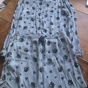 Lyseblåt sæt fra Ganni. Nederdel og skjorte.