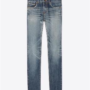 Varetype: Blue Skinny Jeans Størrelse: 27/32 Farve: Denim Oprindelig købspris: 4500 kr. Kvittering haves. Prisen angivet er inklusiv forsendelse.  Saint Laurent jeans. Fra vinter 2018 kollektionen.   Størrelse 27 low wasted skinny fit, raw edged blue denim. Ben åbning 15.5cm  Aldrig brugt og fremstår fuldstændig ubrugt.   Købt i Paris og sælges i perfekt købt stand med original tag samt kopi af kvittering.   Nypris 4.500kr Sælges for 2.700kr inkl forsendelse.