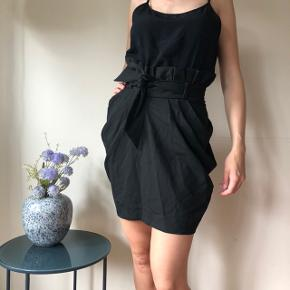 Smuk sorte nederdel med bindebånd. I rigtig god stand - giver en flot figur 🌸