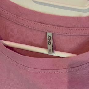 Lyserød t-shirt fra only. Den har en mini plet på Venstre ærme(kan ses på sidste billede)💖