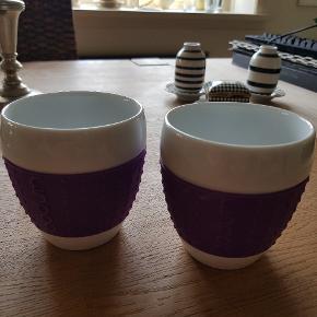BODUM KRUS   Aldrig brugt . Hvide porcelæns krus med lilla silikone greb. Højde: 9 cm Diameter: ca. 8 cm   Sender på KØBERS regning