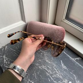Solbriller fra Miu Miu  God stand  Nypris omkring 3000kr   Køber betaler selv fragt, ellers kan varen afhentes på Frederiksberg C - tæt ved Forum st. og søerne.  Har over 100 ting til salg, så tjek mine andre annoncer ud😍 Jeg tilbyder ofte mængderabat!
