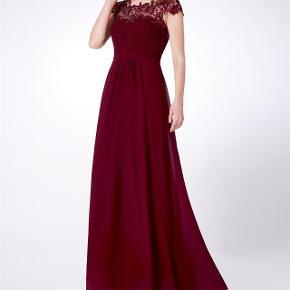 Den smukkeste fest kjole med flot udskæring foran og flot rygstykke i en flot mørk rød farve, str. 46 Hellang og sidder så smukt- fik den dog aldrig på.  Se også sko som passer til.