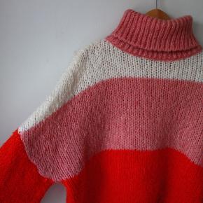 Rød/pink, lyserød og hvid strik, købt på NA-KD (S/M) - den røde/pink farve ser meget voldsom ud på billedet grundet lyset :)